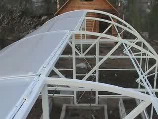 поликарбонат кладут вначале на арку теплицы