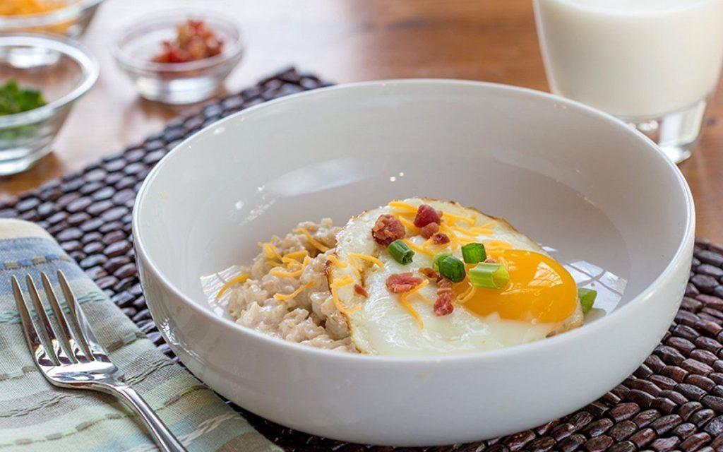 Завтрак из овсянки с яйцом и сыром